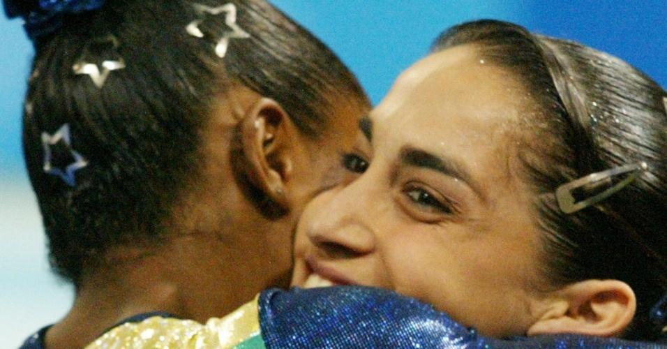 Daiane dos Santos e Daniele Hypolito se abraçam durante a Olimpíada de Atenas-2004