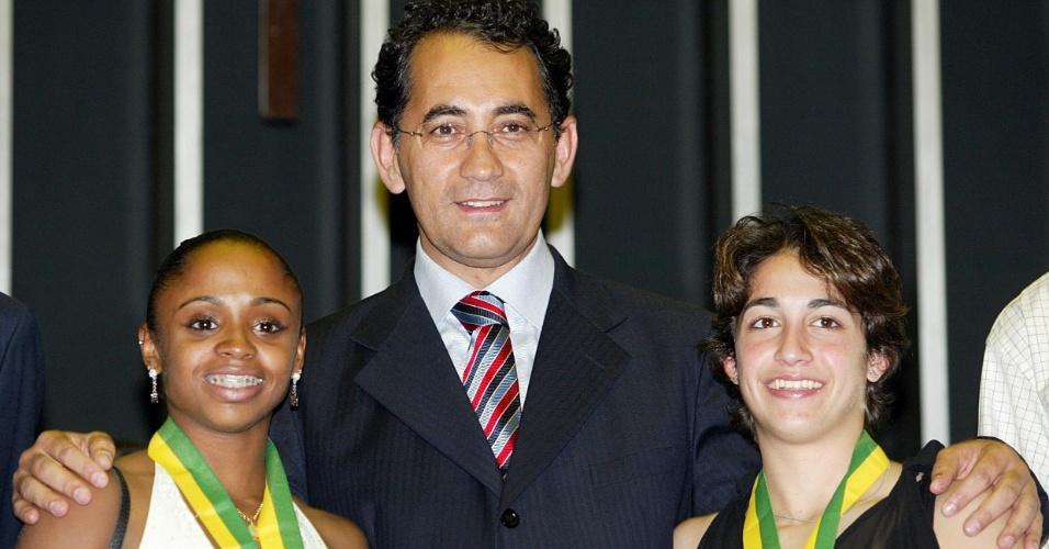 Daiane dos Santos (e) e Daniele Hypolito são recebidas pelo então presidente da Câmara João Paulo Cunha após voltarem da Olimpíada de Atenas-2004