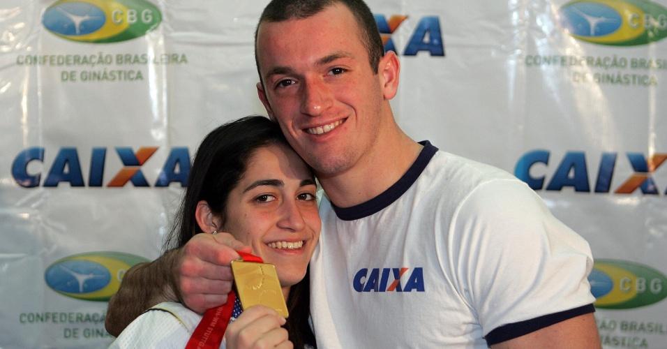 Daniele e Diego Hypolito mostram a medalha de ouro conquistada por ele no Mundial de Stuttgart (11/09/2007)