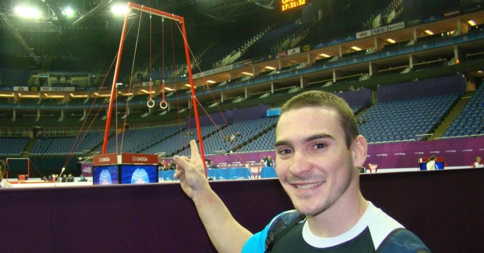 Ginasta Arthur Zanetti aponta para as argolas de complexo em Londres, onde conquistou seu primeiro grande resultado (08/01/2012)