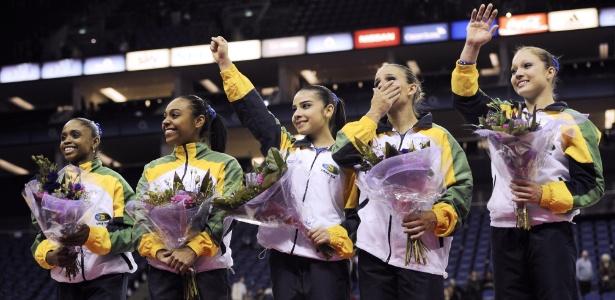 Equipe brasileira festeja e agradece apoio do público após conquistar a vaga olímpica