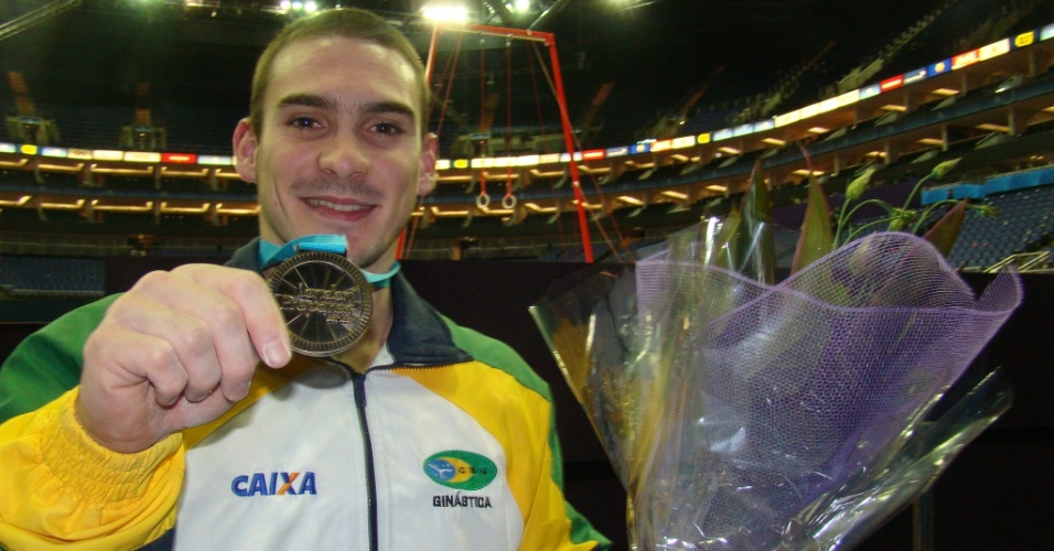 Arthur Zanetti exibe a medalha de ouro conquistada no Pré-Olímpico de Ginástica Artística