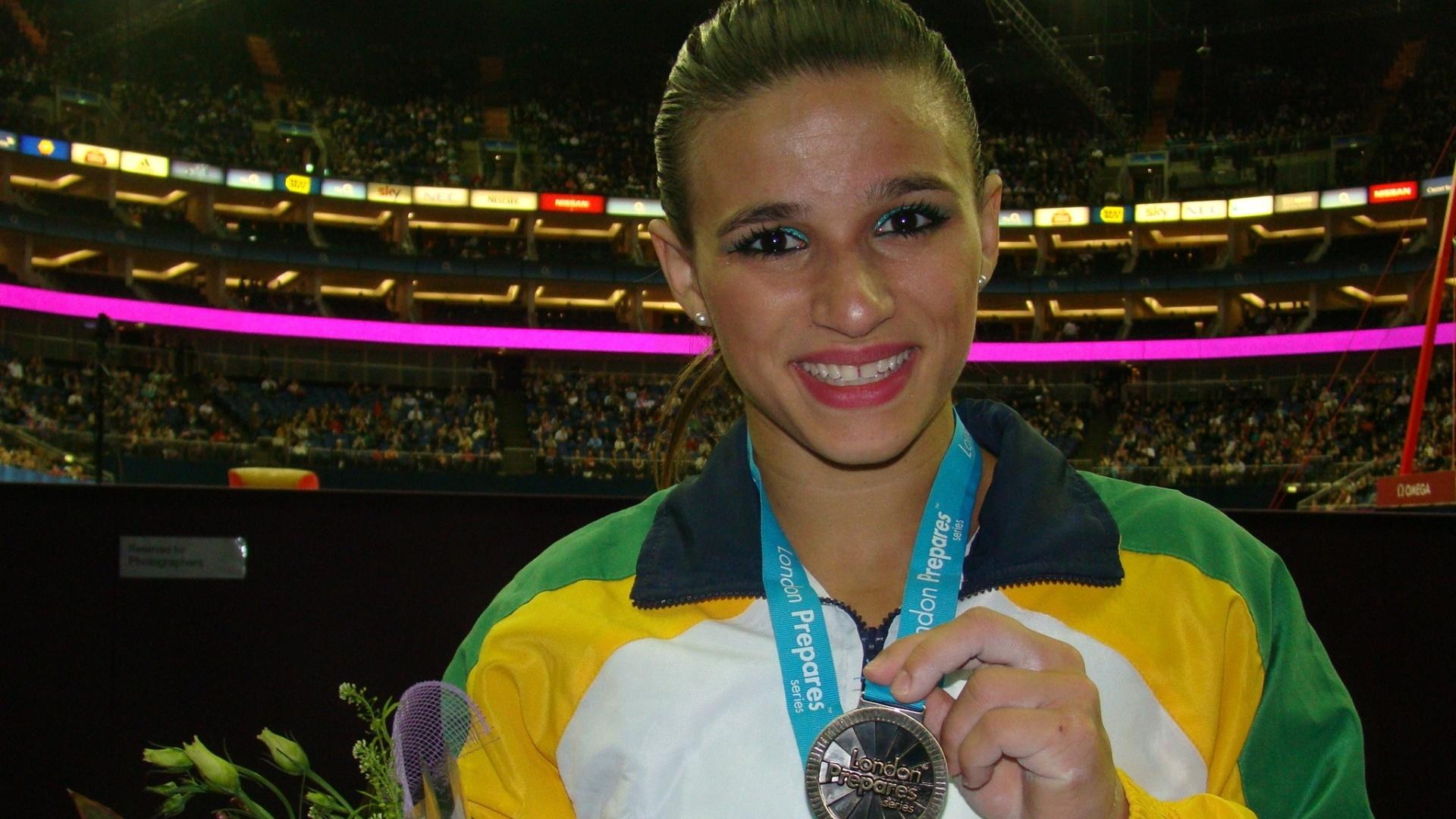 Jade Barbosa mostra o ouro conquistado no Pré-Olímpico de ginástica (12/01/2012)