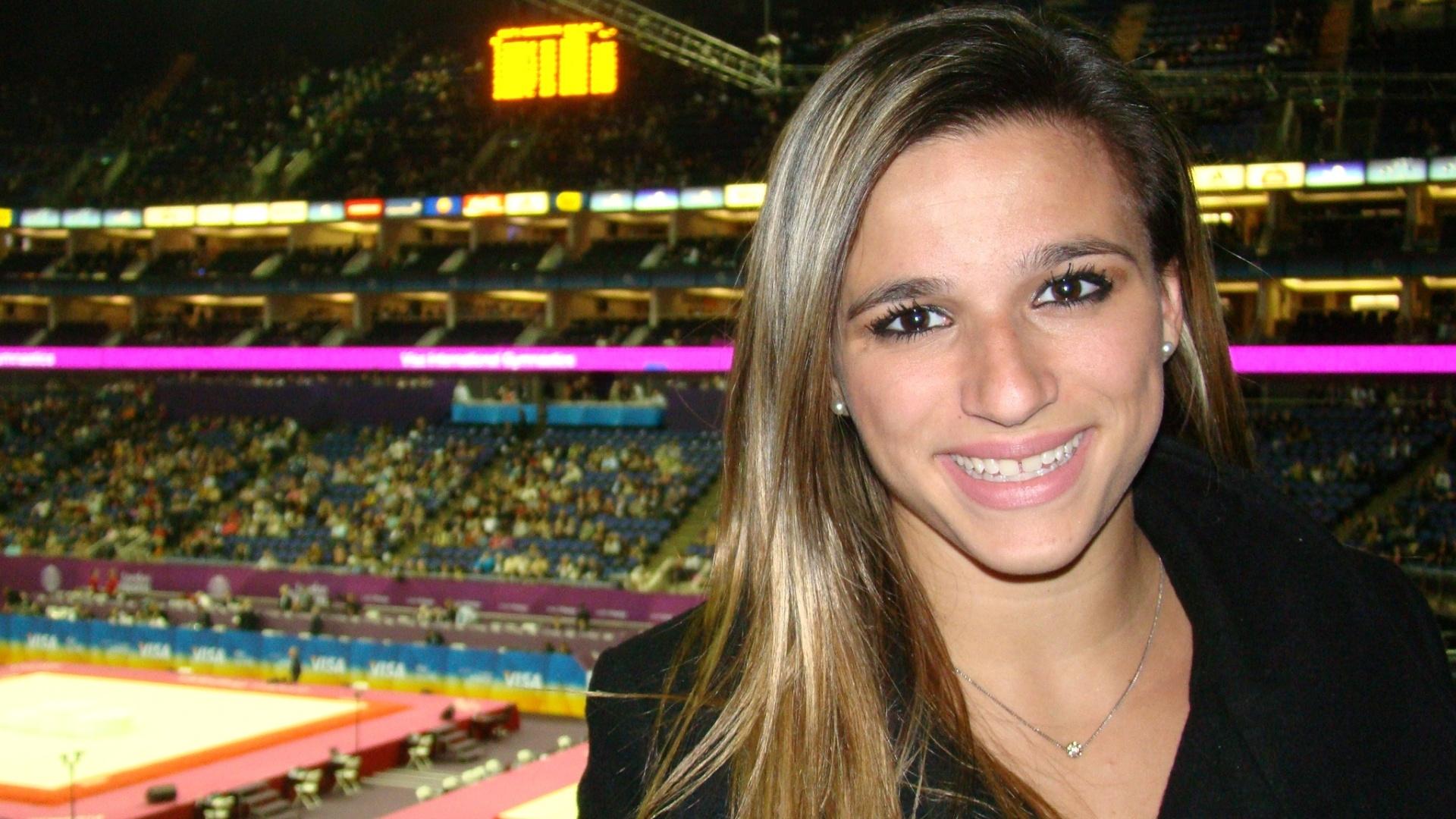 Jade Barbosa posa, em traje civil, na arena North Greenwich durante o Pré-Olímpico de Londres (13/1/2012)