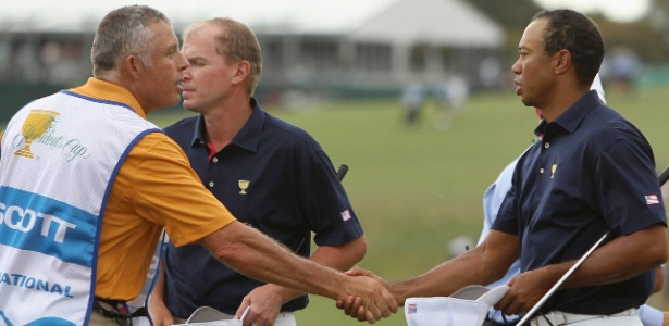 Tiger Woods e Scott Williams se cumprimentam durante torneio em Melbourne - Brandon Malone/Reuters