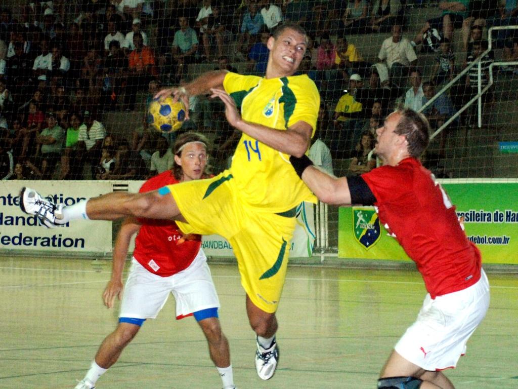 Thiagus, armador da seleção brasileira, em ação durante vitória em amistoso contra a Dinamarca