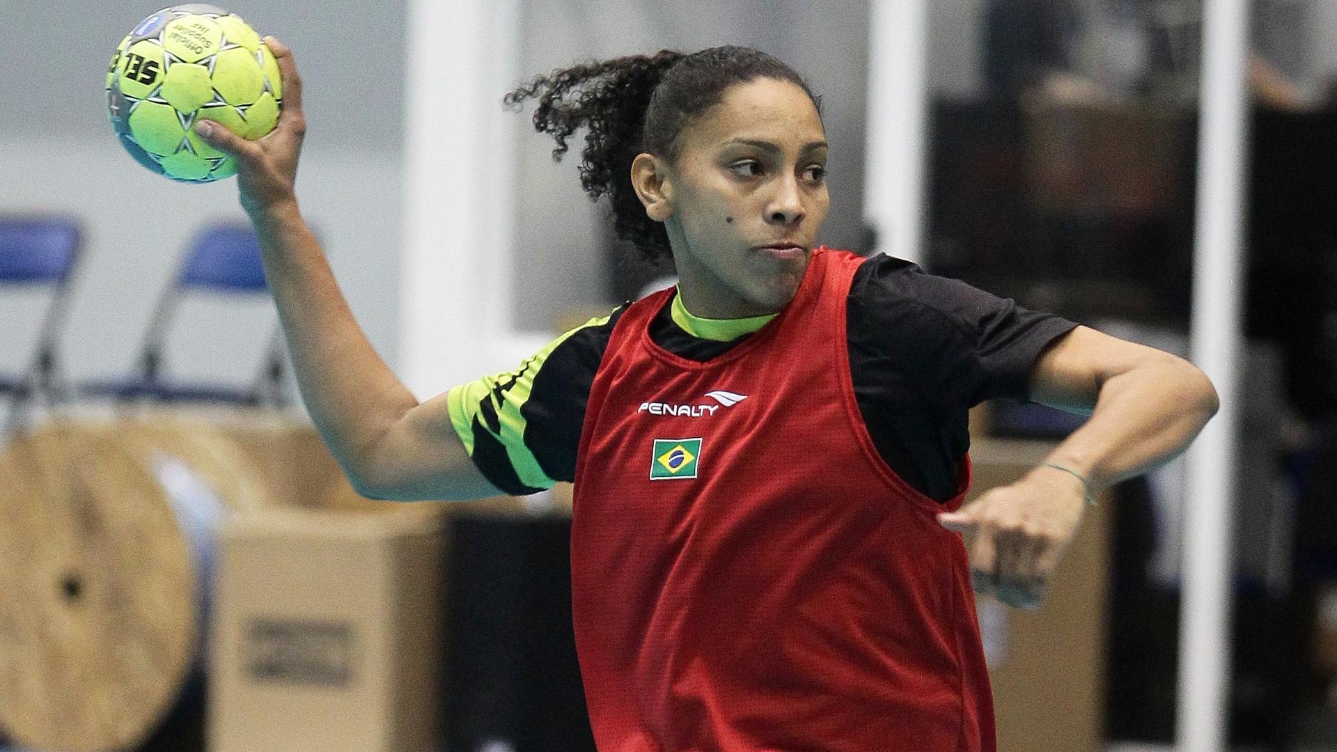 A atleta Ana Paula Rodrigues, da seleção brasileira de handebol, treina no México