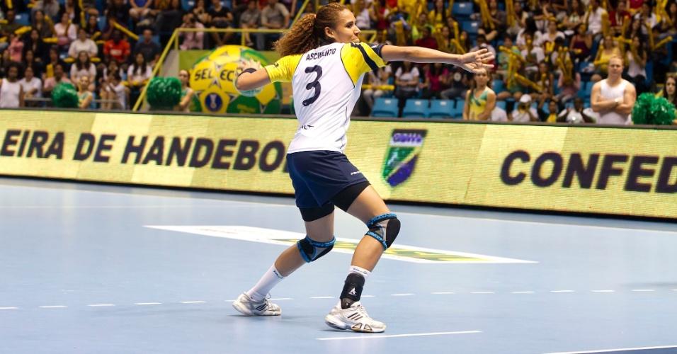 Alexandra realiza cobrança de 7m durante partida da seleção brasileira no Mundial de handebol