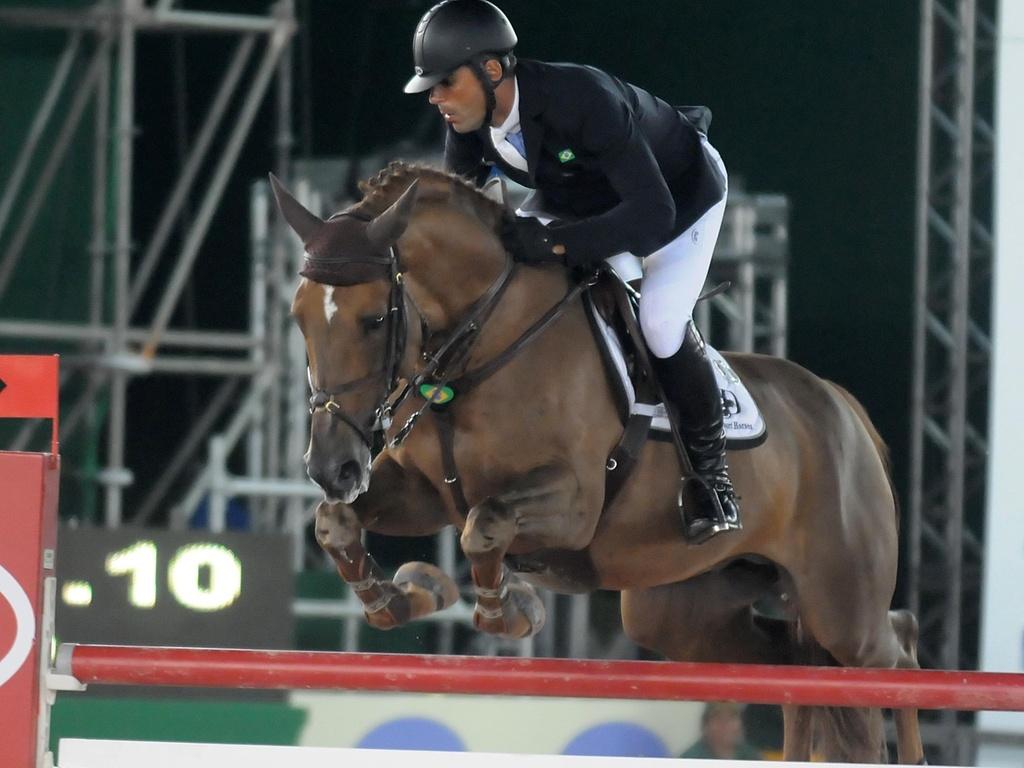 Doda Miranda salta obstáculo durante a disputa do Athina Onassis Horse Show