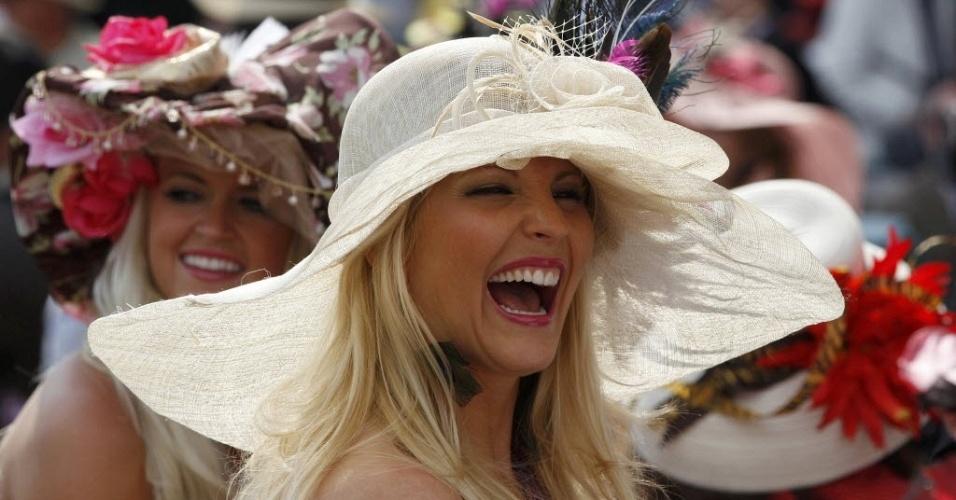 Torcedoras prestigiam a tradicional corrida de cavalos Kentucky Derby, em Kentucky