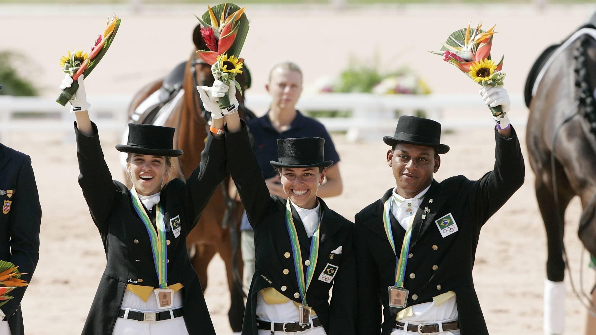 Luiza Almeida (à esq.), Renata Costa (centro) e Rogério Clementino foram bronze no adestramento no Pan de 2007
