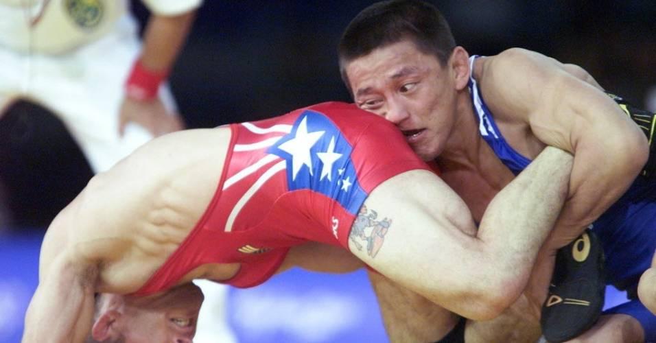 German Kontoev, de Belarus, agarra norte-americano por trás na luta olímpica de Sydney-2000