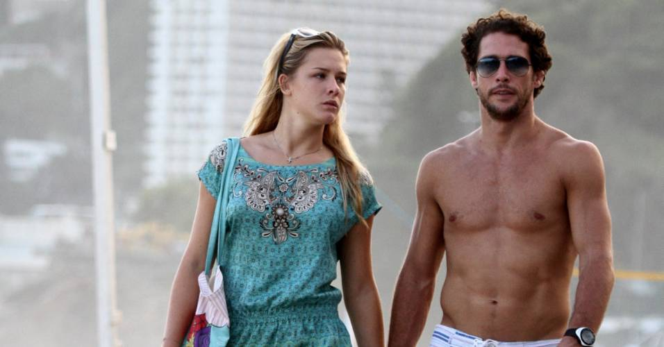 Flavio Canto e Fiorella Mattheis passeiam pelas praias do Rio de Janeiro
