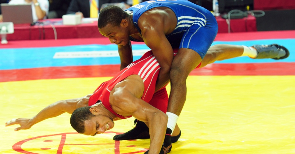 Justin Dashaun Lester (de azul), dos EUA, aplica golpe no cubano Pedro Isaac Mulens Herrera no Mundial de Luta Olímpica em Istambul (12/09/2011)