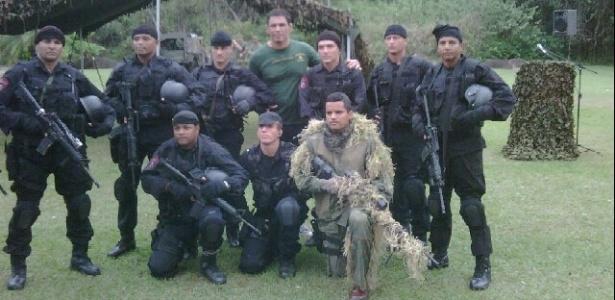 Minotauro posa com Homens de preto do Corpo de Fuzileiros Navais do Brasil