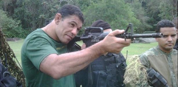 Minotauro pratica com fuzil em visita aos Fuzileiros Navais do Brasil