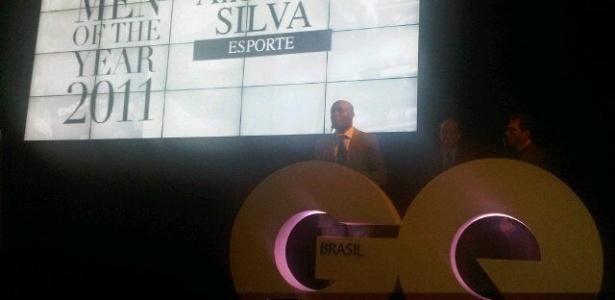 Anderson Silva recebe prêmio de esportista do ano de revista (28/11/2011)