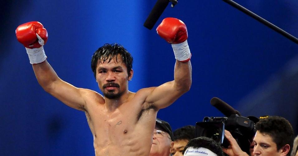Pacquiao comemora vitória sobre Margarito em Dallas; no peito, uma minúscula tatuagem de uma luva de boxe
