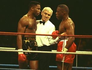 Gary Mason (dir.) e Lennox Lewis em luta de 1991