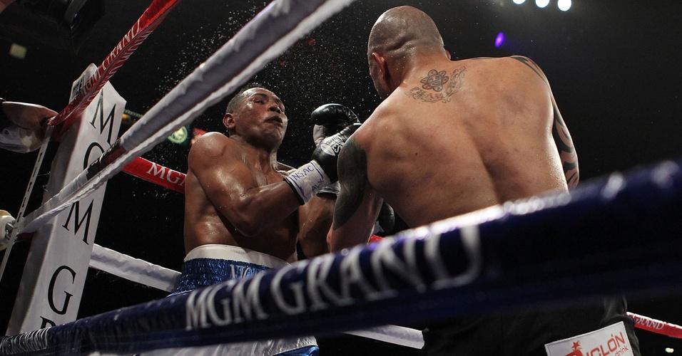 Miguel Cotto acerta soco em Ricardo Mayorga durante combate em Las Vegas