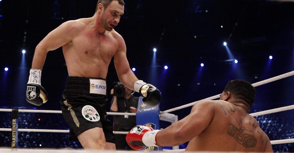 Vitali Klitschko encara Odlanier Solis em vitória do atual campeão dos pesados, com final polêmico