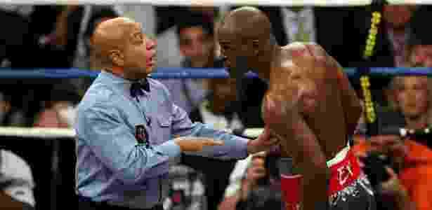 Árbitro Joe Cortez em ação no combate entre Bernard Hopkins e Joe Calzaghe - Ethan Miller/Getty Images