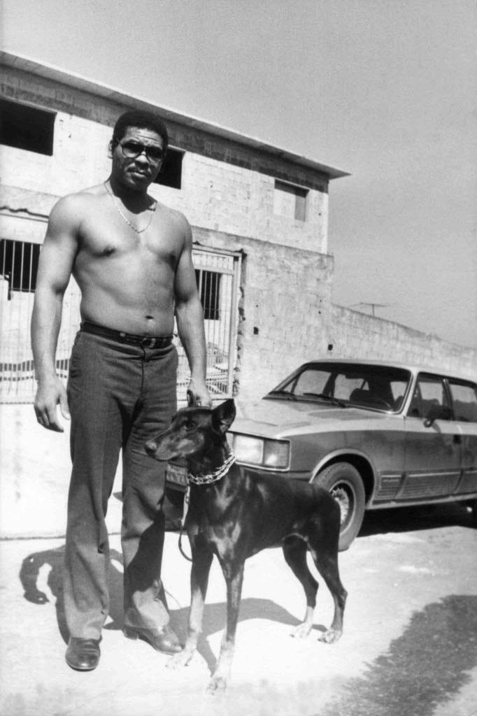 Adilson Rodrigues Maguila aos 28 anos, com seu doberman Panter, em frente a sua nova casa em 1987