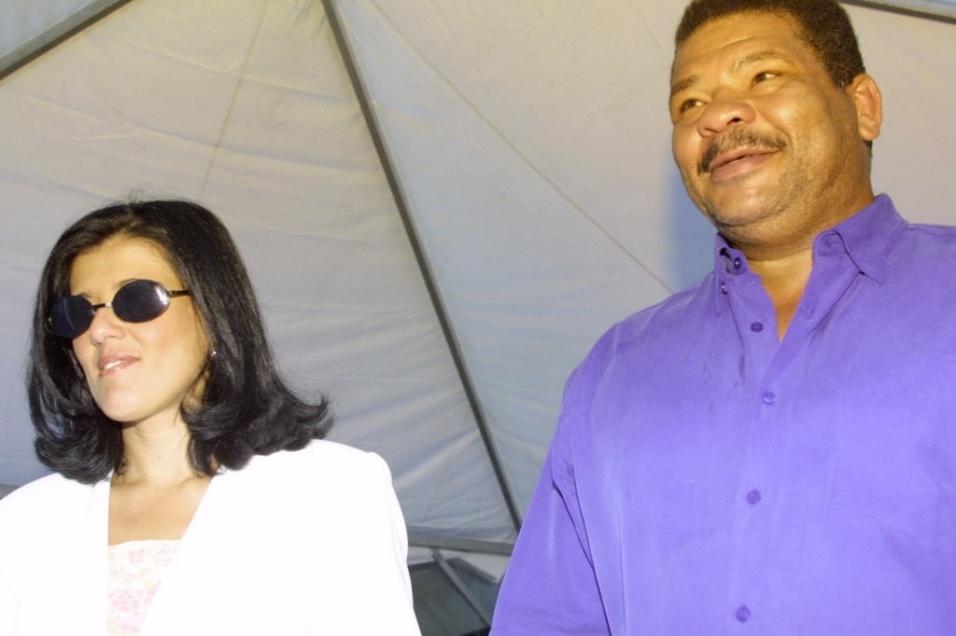O lutador Adilson Maguila e sua esposa chegam ao Incor para visitar Mario Covas em 2001
