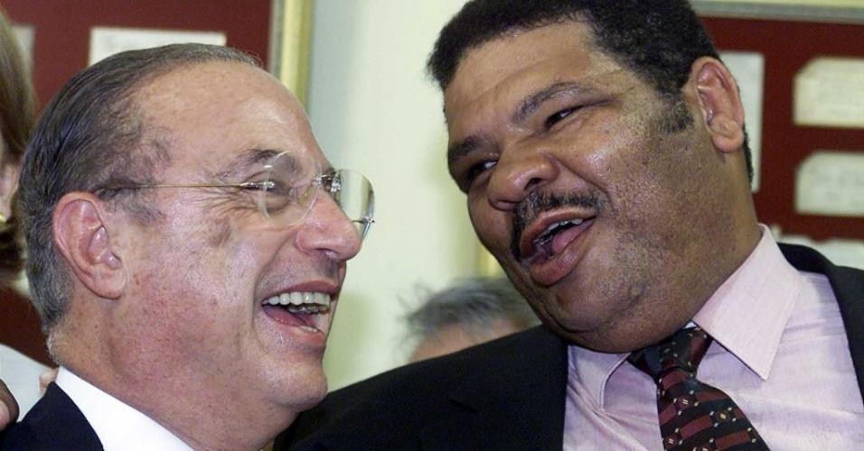 O político Paulo Maluf e o pugilista Maguila durante a festa de aniversário do ex-prefeito de São Paulo (2001)