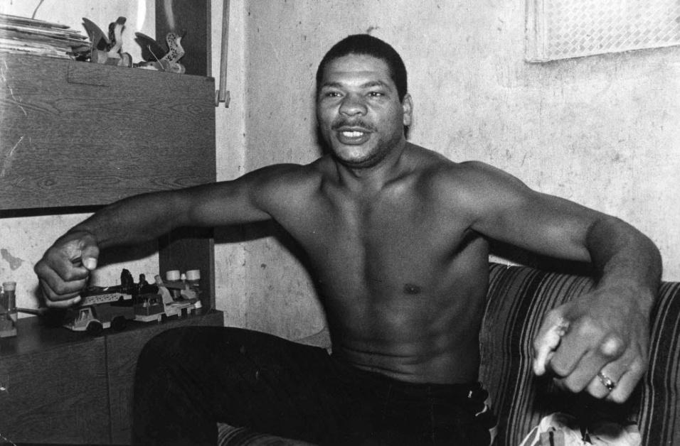 O pugilista Adilson Rodrigues Maguila é fotografado em 1984