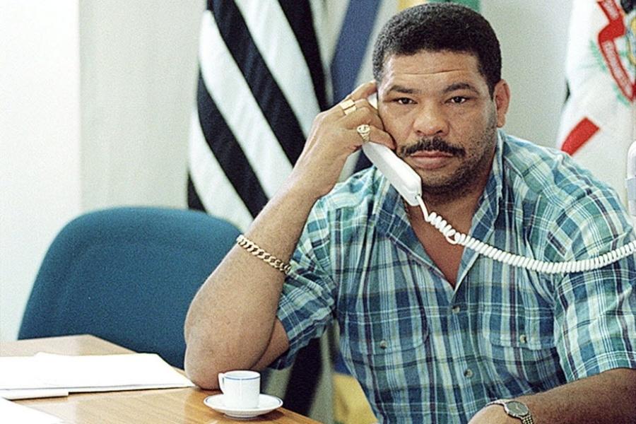 Pugilista e secretário de Esportes de Itaquaquecetuba, Adilson Maguila Rodrigues, trabalha em uma sala da Prefeitura Municipal em 1997