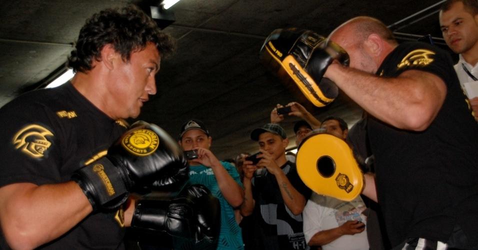 Popó apresenta golpes com o técnico Ulysses Pereira para divulgar a Virada Esportiva na estação Sé do Metrô (09/09/2011)