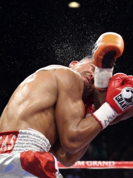 Floyd Mayweather nocauteia Victor Ortiz na disputa do cinturão dos meio-médios em 2011 - REUTERS/Steve Marcus