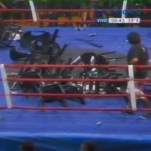 Cadeiras são deixadas no ringue após luta entre argentino e filipino