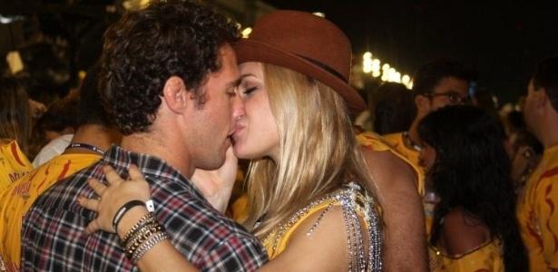 A atriz Fiorella Mattheis e o judoca Flávio Canto curtem a noite em camarote no Rio de Janeiro no carnaval de 2011