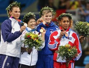 Judoca Claudia Heill (à esquerda) mostra medalha de prata de Atenas-2004 ao lado das demais competidoras. Polícia suspeita de suicído em morte da atleta