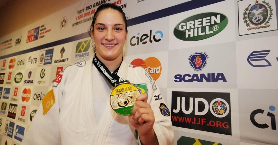 Mayra Aguiar mostra medalha de ouro que ganhou no Grand Slam do Rio
