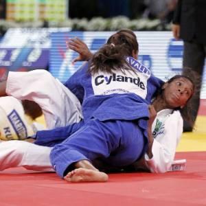 Rafaela Silva (de branco) em ação; judoca conquistou a medalha de bronze no GP de Dusseldorf