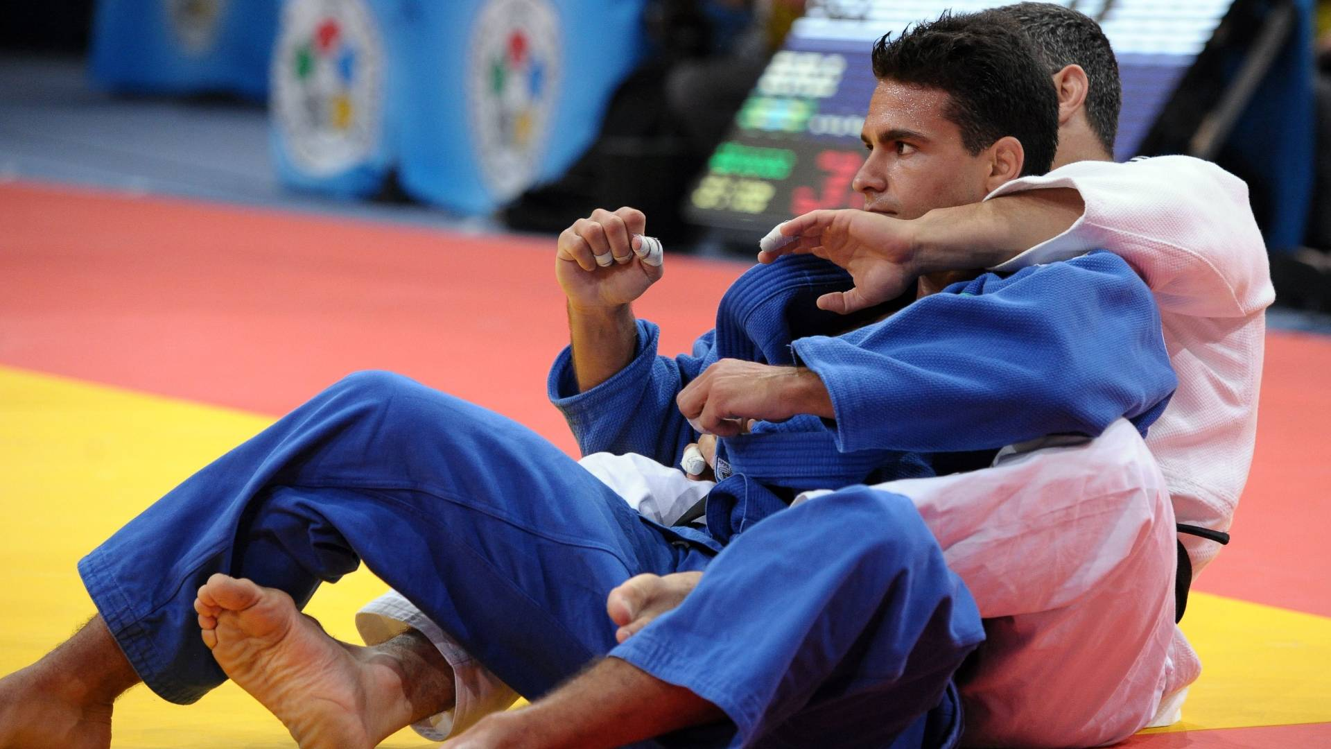 Leandro Guilheiro comemora vitória sobre Elkhan Rajabli, do Azerbaijão, na decisão do bronze (25/08/2011)
