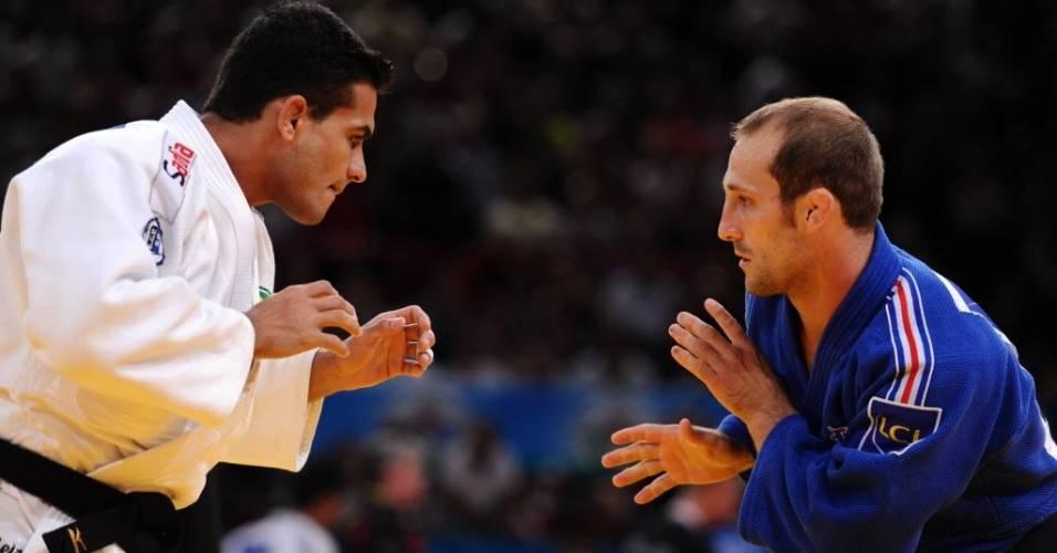 Leandro Guilheiro e o francês Alain Schmitt (azul) se estudam durante luta no Mundial de judô em Paris, na França