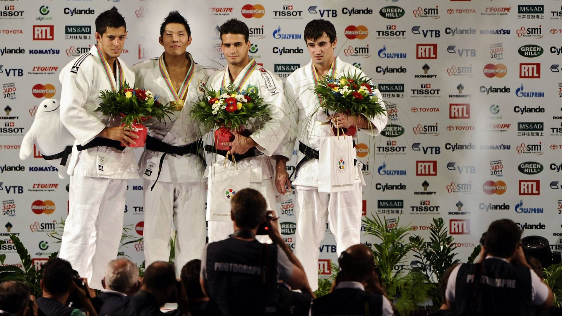 Pódio da categoria até 81kg, com Leandro Guilheiro, bronze, no centro (25/08/2011)