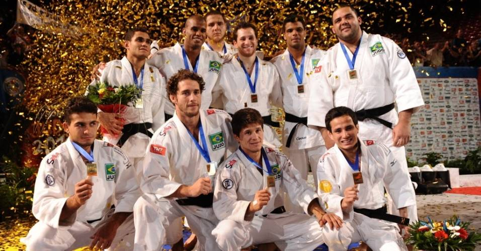 A delegação brasileira posa para foto após conquistar a medalha de prata na disputa por equipes no Mundial de judô de Paris, na França (28/08/2011)