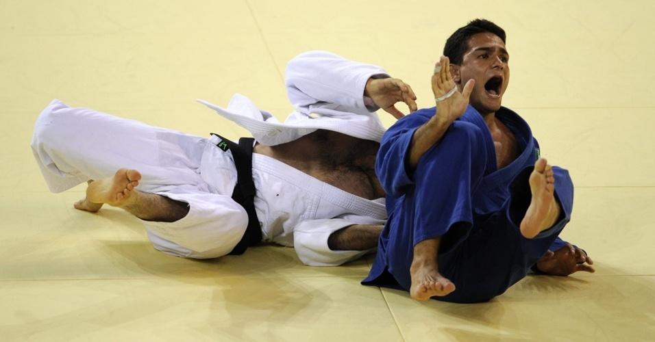 Guilheiro comemora após bater o iraniano Ali Malomat na decisão do bronze em Pequim-2008 (11/08/2008)