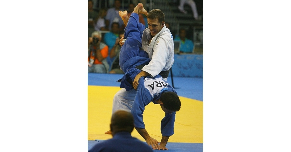 Leandro Guilheiro (azul) é derrubado por Ryan Reser, dos EUA (21/07/2007)