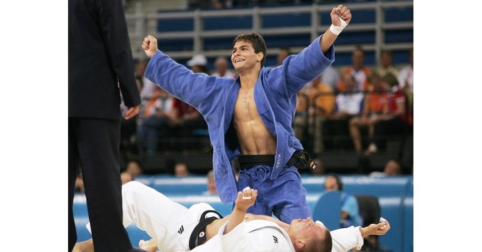 Leandro Guilheiro comemora vitória sobre Victor Bivol, da Moldova, na decisão do bronze do judô