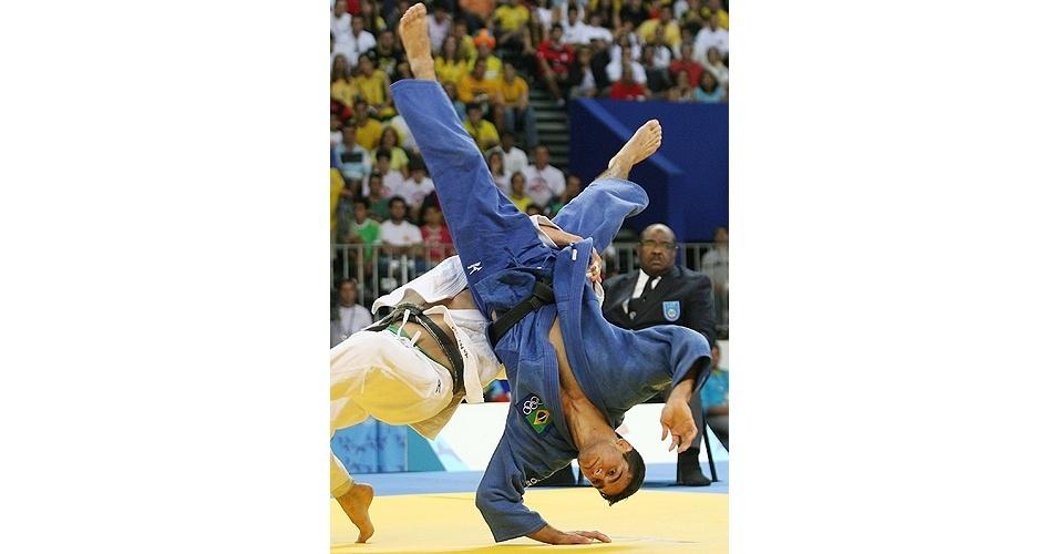 Leandro Guilheiro (de azul) vence Nicholas Tritton (Canada), mas se machuca no Pan do Rio-2007 (21/07/2007)