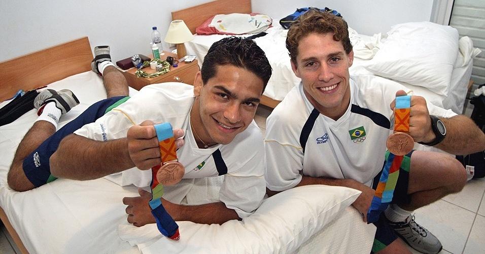 Leandro Guilheiro (à esq.) e Flávio Canto, os dois medalhistas do judô do Brasil em Atenas-2004
