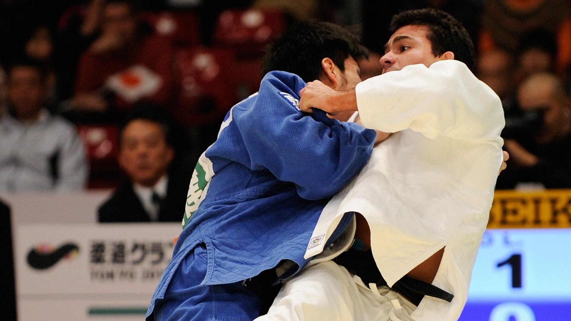 Leandro Guilheiro (branco) durante combate com o japonês Tomohiro Kawakami no Grand Slam de Tóquio