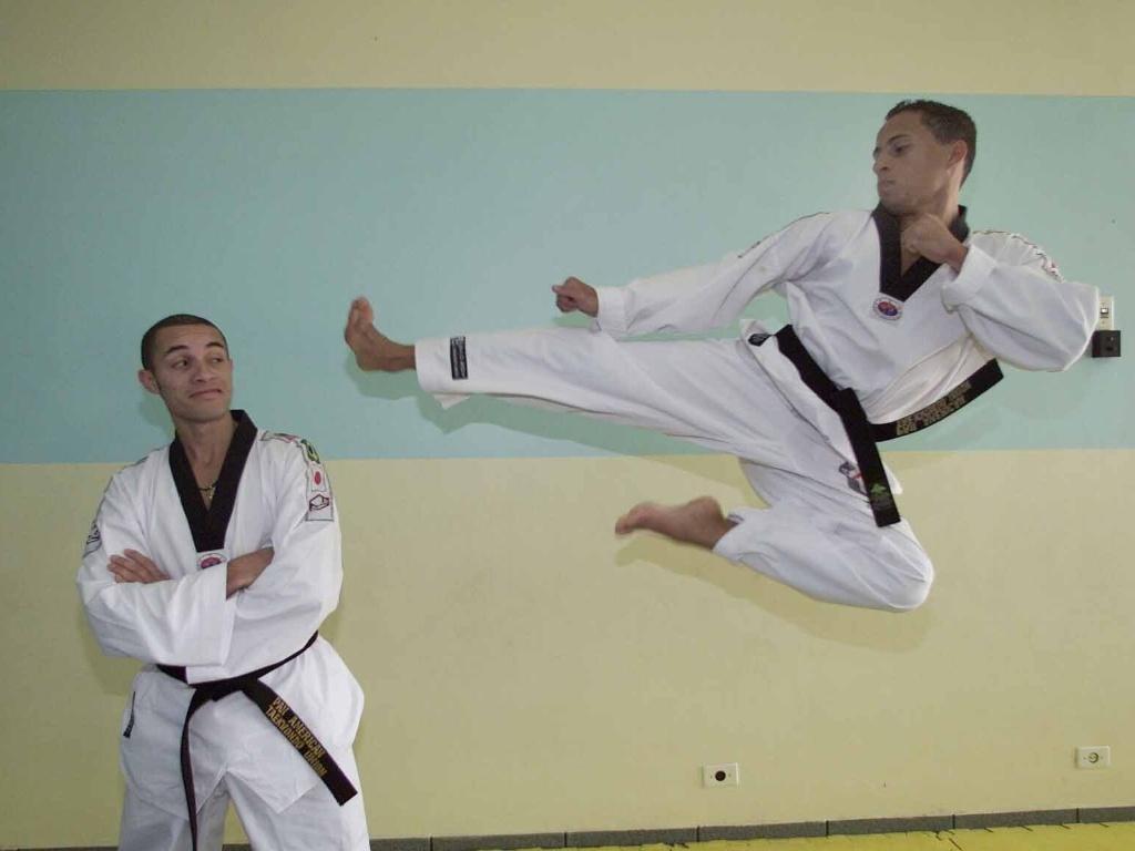 Marcel Wenceslau (à direita) aplica uma voadora em Marcio Wenceslau em 2003