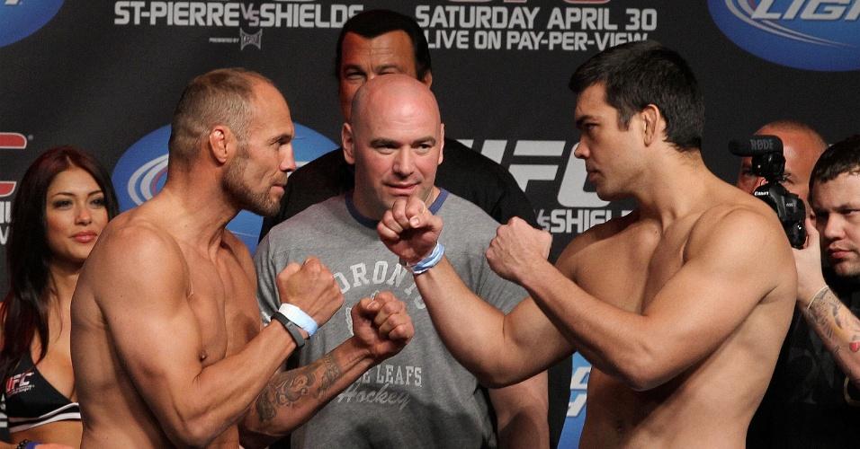 Lyoto Machida (d) encara o veterano Randy Couture pressionado no UFC 129